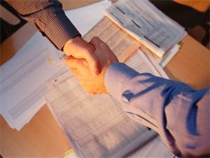 От оформления трудовых отношений работодатель уклоняется.
